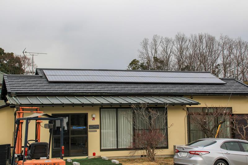 事務所屋根ソーラーパネル